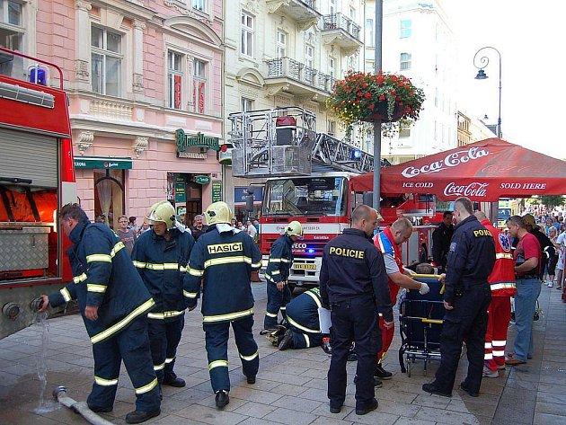 Tři jednotky karlovarských hasičů zasahovaly v v karlovarské Zeyerově ulici. Došlo zde k požáru v soukromém bytě.