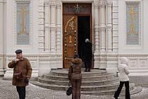 KOSTEL V OBLEŽENÍ. Pravoslavný chrám v Karlových Varech o víkendu navštěvovaly desítky věřících.
