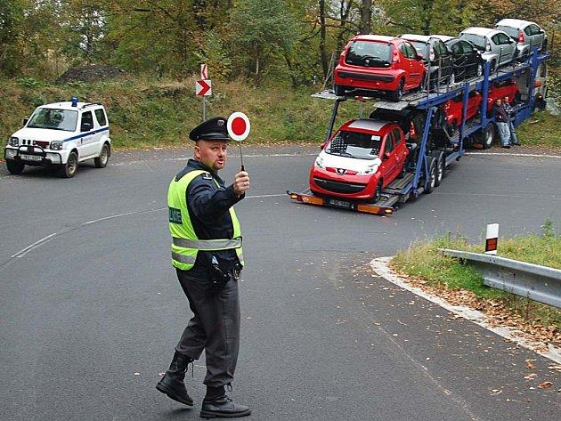 'Hromadná' havárie. Kamion, jehož řidič nezvládl prudké klesání a zatáčku, blokoval silnici několik hodin.