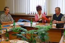 Před začátkem jednání. Zprava: novorolský starosta Václav Heřman, Jaroslava Schmiegerová (ved. odb. živ. prostředí, tamtéž) a Ivo Lukeš (za Sedlecký kaolin, a.s.)