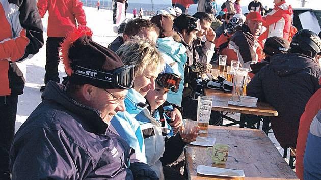 Jako v Alpách. V sobotu panovalo i na Božím Daru krásné počasí. Lyžaři se tak o přestávkách slunili u Rumburaku.