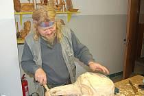 Jedním z umělců, kteří společně s klienty domova pracovali se dřevem, byl i Slávek Jiráň.