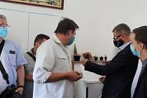 Tomáš Lesser ukázal své ocenění i premiéru Andreji Babišovi, který před nedávnem navštívil sklárnu Moser.