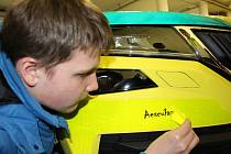 Nové jméno pro záchranářský vůz vybrali školáci z Chodova, kteří štítek s názvem Aesculap na sanitku umístili.