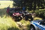Belgičtí čtyřkolkáři v lese, kde je zadržela policie.