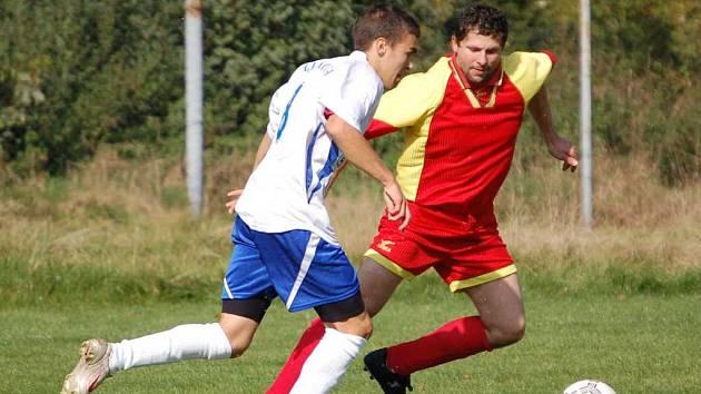 Fotbalisté  SK Doubí (v červeném) zavítají na hřiště Vojkovic. Aktuálně se krčí na  12. místě tabulky se ziskem čtyř bodů.