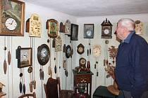 Jindřich Neudert sbírá ledaccos, hlavně hodiny. Interiér jeho domu zdobí stylový nábytek, nádobí a mnoho dalších předmětů.