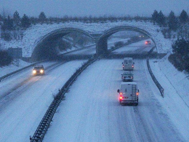 Rychlostní silnice R6 byla v pondělí ráno pod sněhem a obtížně sjízdná. Ještě hůře na tom byly ostatní silnice v regionu. Sníh zasypal i města.