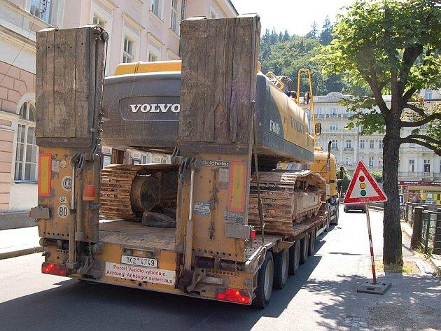 Těžká stavební technika opouští na dobu festivalu město.