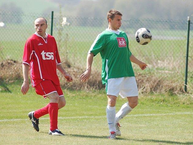 Excelentní vstup měli do jarní části okresního přeboru fotbalisté Květnové (v červeném).