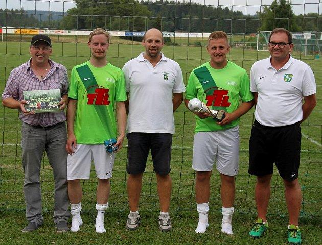 Čtyři sezony hájí barvy německého SV Wolfersgrün Jan Bílek (spohárem), který se vsoučasné době stále zotavuje ze zranění, přesto doufá ve svůj návrat na zelená kolbiště.