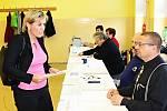 Na snímku se registruje u volební komise hejtmanka Jana Mračková Vildumetzová.