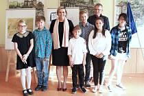 Hejtmanka Jana Mračková Vildumetzová a porotce Jan Samec s oceněnými účastníky soutěže.