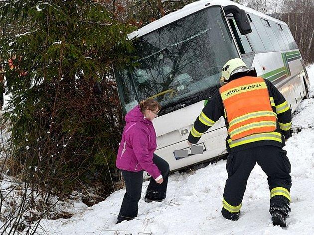 Převrácený autobus, během sněhové kalamity