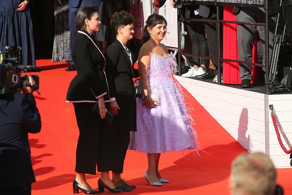 Alena Mihulová s dcerou a její partnerkou.