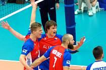 Čeští volejbalisté ve druhém utkání kvalifikace poměřili síly s výběrem Švédska (v bílo-černém).