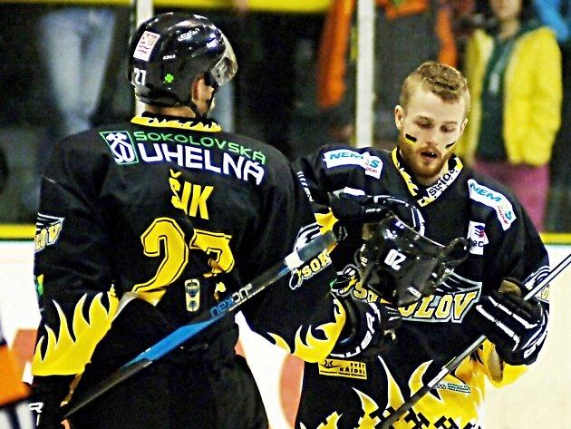 MĚSTO SOKOLOV se takříkajíc pláclo přes kapsu a hokejisty Baníku (na snímku) podpoří dvěma miliony korun. Karlovy Vary o nějaké další mimořádné podpoře pro místní hokej zatím neuvažují.