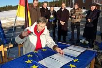 PODEPSÁNO. Starosta Božího Daru Jan Horník (u stolu) při podpisu smlouvy mezi pěti městy česko – německého rozhraní. V pozadí stojí představitelé Jáchymova, Loučné pod Klínovcem, Kurort Oberwiesenthalu a Breitenbrunnu.