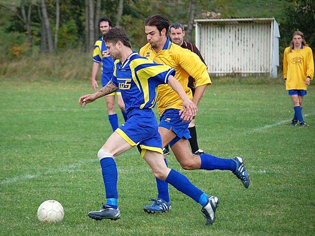 Mistři. Fotbalisté Perninku (ve žlutém) jsou kolo před koncem podzimní části IV. třídy skupiny A již jistými vítězi a přezimují na prvním místě tabulky.