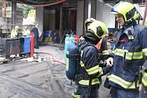 Ve staré části hotelu Thermal vypukl ve čtvrtek 26. 8. ráno požár, hořel tam zásobník na asfalt.