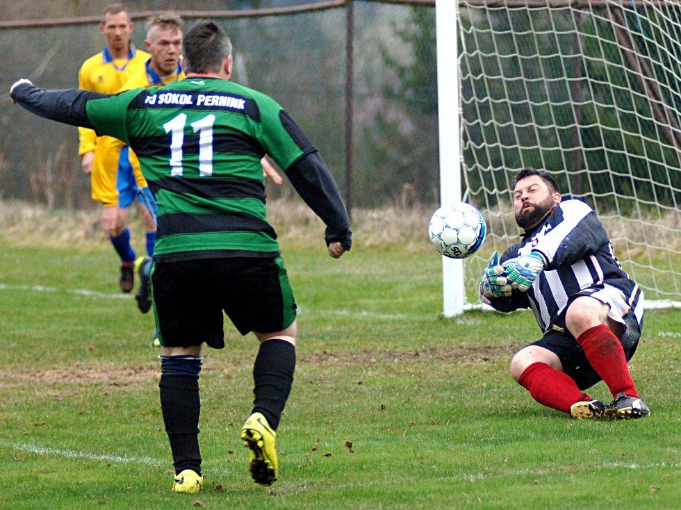 Fotbalisté Sokola Pernink (v pruhovaném) rozstříleli rezervu Olympie Hroznětín 8:1.