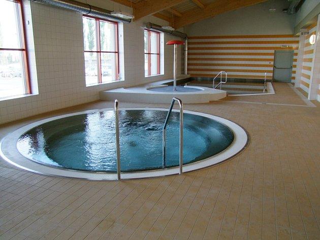 Vířivka a výukový bazének.