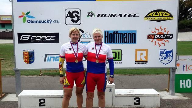 Na obrázku vlevo Jiřina Ščučková z Team Uničov (mladší kategorie) a Věra Ježková z TJ Slavia Karlovy Vary (starší kategorie)