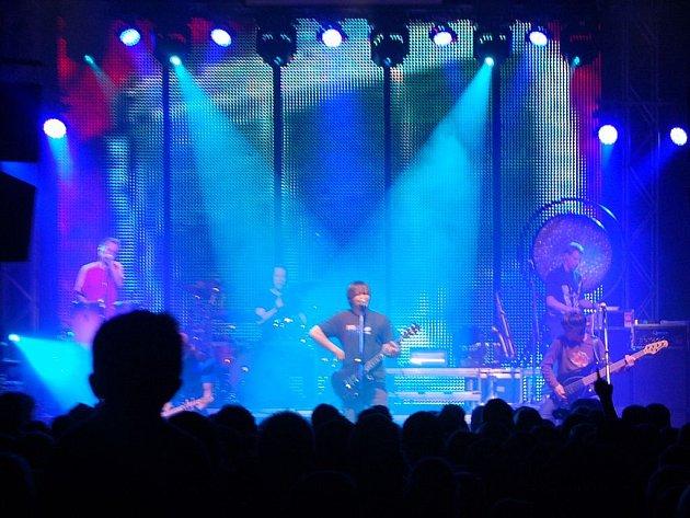 V neděli si mohli hity skupiny Chinaski vychutnat fanoušci ve zcela vyprodaném Lidovém domě ve Staré Roli.