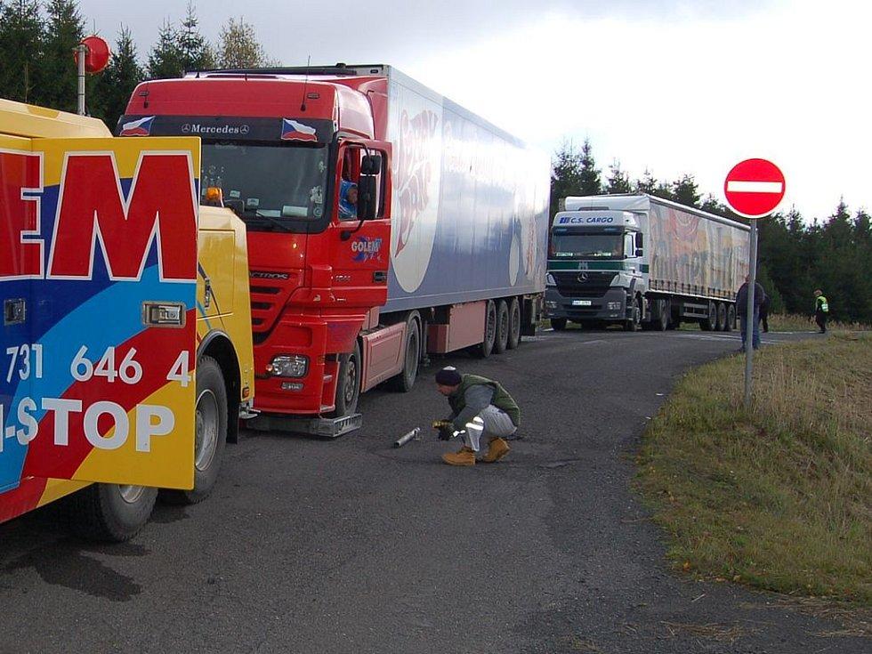 Technický stav kamionu v popředí neodpovídal předpisům, řidič vozu v pozadí zase nedodržel bezpečnostní přestávku. Na tyto prohřešky přišli při nedávné kontrole na Karlovarsku pracovníci Centra služeb pro silniční dopravu.