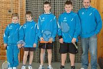 Naděje nejdeckého badmintonu na turnaji v Dobřanech. Zleva stojí  Matěj Šilhan, Pája Bršťák, Matěj Hampl a Ondra Šilhan, vpravo trenér Jiskry Witte Nejdek Stanislav Newiak.