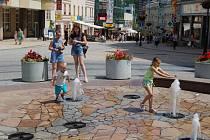 I do Karlovarska přišla tropická vedra. Ulice se vyprázdnily, každý, kdo může, raději ani ven nechodí. Na karlovarské pěší zóně fungují fontánky, které přijdou vhod hlavně malým dětem, které se tu tradičně rády osvěží.