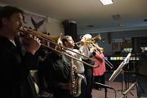 Kapela Swing studio Karlovy Vary zve na páteční večer.