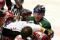 Hokejisté karlovarské Energie (v zeleném) prohráli v 10. kole extraligy v českých Budějovicích 3:4.