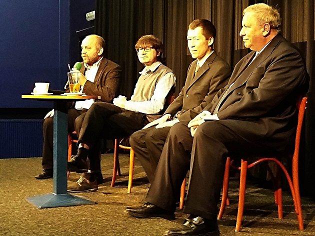HOSTÉ veřejné debaty v karlovarském kině Drahomíra Jan Hartl, Hayato Okamura, Václav Němec (zprava).