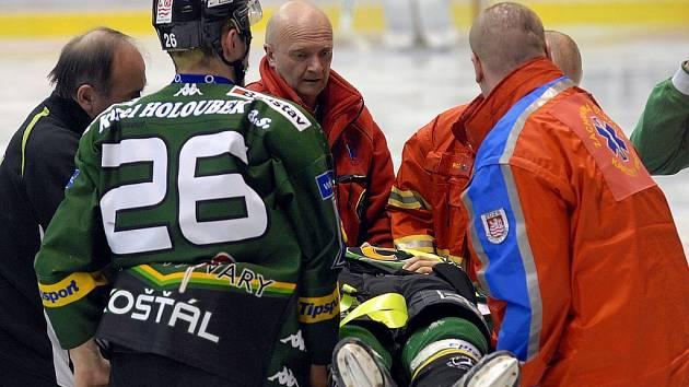 První zápas play off. Davida Zuckera odvážejí zdravotníci z ledu.