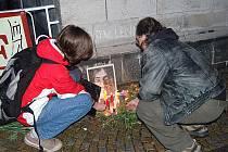 SVÍČKY, KVĚTINY, VZPOMÍNKY A LENNON. Příznivci Johna Lennona se včera sešli za podpory Mírového klubu Johna Lennona v Karlových Varech u Alžbětiných lázní.