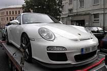 Dvě dopravní nehody způsobili ve středu motoristé, kteří po srážce z místa ujeli. Doplatil na to osmatřicetiletý cizinec, který musí za opravu svého Porsche zaplatit 110 tisíc korun, a devětatřicetiletá žena, které kdosi způsobil na škodu na jejíPeugeotu