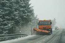Zima letos přišla dřív a tomu se musí přizpůsobit nejen silničáři a řidiči, ale také města a obce, která musí začít podle nového zákona uklízet chodníky.
