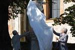 Odhalení restaurované sochy svatého Jana Nepomuckého v Andělské Hoře. Odhalení sochy se ujali hejtman Karlovarského kraje Josef Pavel a moderátor Marek Eben.