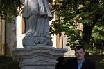 Odhalení restaurované sochy svatého Jana Nepomuckého v Andělské Hoře. Restaurátor Jan Pekař u sochy, která od soboty zdobí Andělskou Horu.