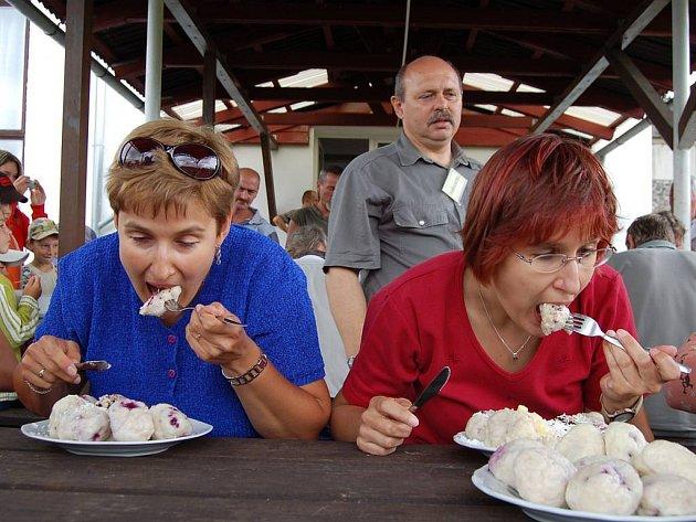 Závody v pojídání ovocných knedlíků daly soutěžícím zabrat.