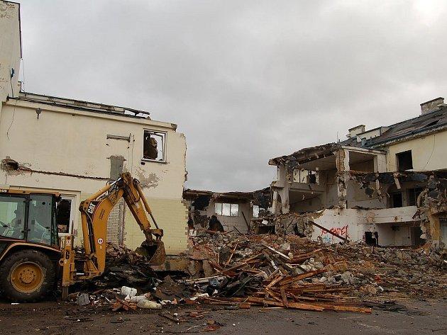 DEMOLICE MLÉKÁRNY ZAČALA. S koncem letošního roku by měl areál bývalé mlékárny na Čertově ostrově zmizet z mapy města. Zdevastované objekty nahradí byty a supermarket.