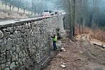 Část silnice Stará pražská prošla před časem rekonstrukcí. Podle obyvatel karlovarské části Hůrky tady ale citelně chybějí chodníky.