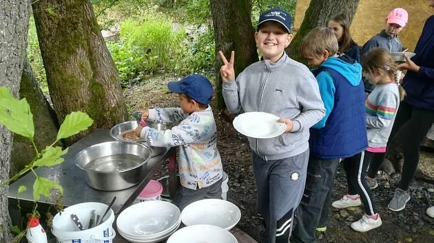 Děti ze Základní školy Dukelských hrdinů v Karlových Varů v rámci unikátního příměstského tábora pořádaného kvůli covidu poznávají Karlovarsko a jeho přírodu.