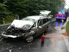 Nehoda autobusu s osobním vozidlem.