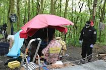 Bezdomovci měli budíček. Brzy ráno je navštívili strážníci.