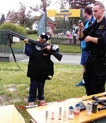 Na Dnu dětí byla ukázka práce policie.