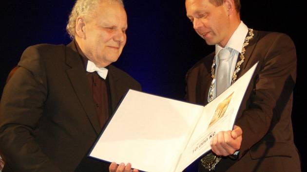 Jindřich Volf (vlevo) převzal letos z rukou primátora Petra Kulhánka Cenu města.
