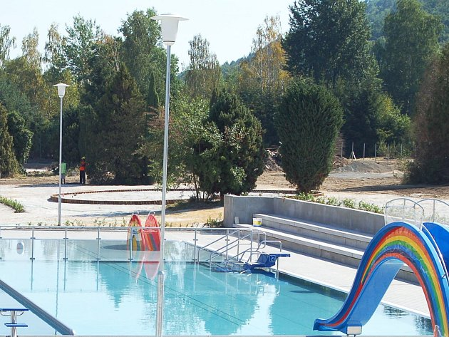 Venkovní plavecký bazén v areálu KV Areny.