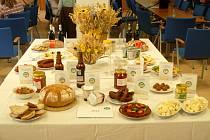 Regionální potravina. Stoly se prohýbaly pod množstvím dobrot, které do soutěže přihlásili jejich výrobci.
